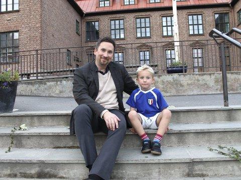 KJEMPEGLAD: Tommy Nysveen i aksjonsgruppa «Bevar Østensjø som nærskole» med sønnen Kristian, som ville fått 40 minutters skolevei til Godlia. Til Østensjø skole er det fire minutter. Arkivfoto: Janina Lauritsen