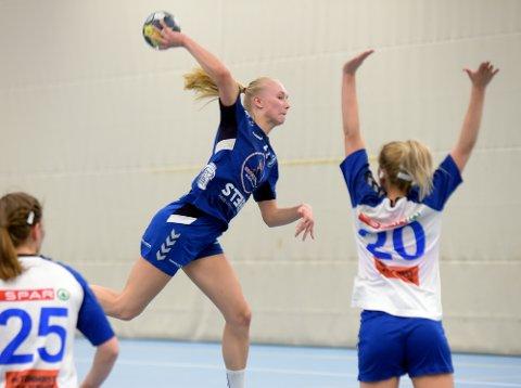 USIKKER: Det ble syv scoringer på Stine Holtedahl mot NIF.