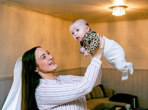 Camilla Larsen Mikkselsen (25) og datteren Angelica på tre måneder. Foto: Torgrim Rath Olsen