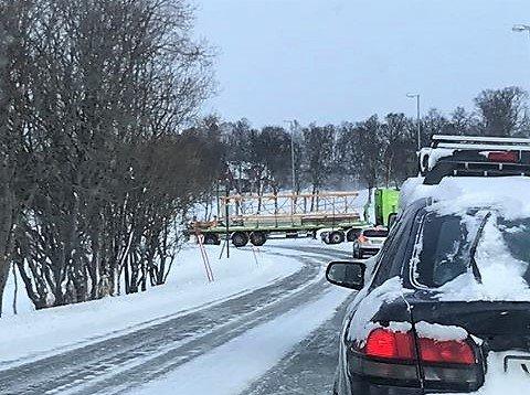 SPERRER: Traileren sperrer Kvaløyvegen ved oppkjøringen til Holt.