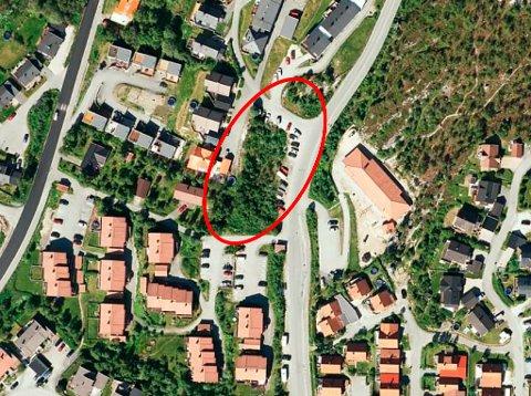 BOLIGTOMT: Her på kommunens tomt tvers overfor Toftvegen barnehage vil kommunen etablere åtte boenheter og personalbase.