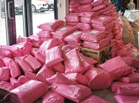 Det ble pakket så mange pakker at berget til slutt raste ned foran inngangspartiet. Foto: Privat