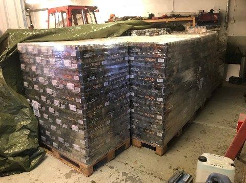 PÅ LAGER: 24.000 bokser med øl står i dag på et lager i Valdres. Dette skal destrueres. Foto: Politiet