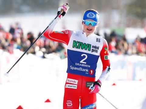 JUBLET: Ingvild Flugstad Østberg var strålende fornøyd med NM-sølv på 15 kilometer klassisk, slått med ti sekunder av Therese Johaug.