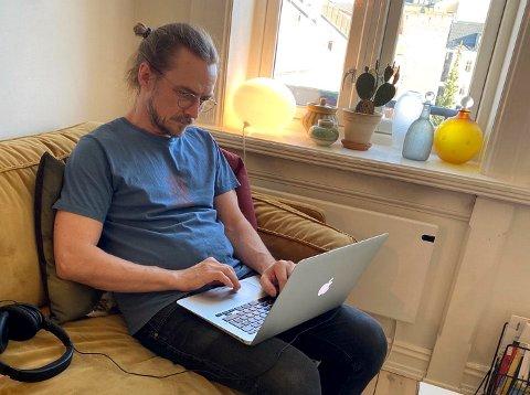 """KORTREIST: Hjemmekontor for Peder Kjøs, som både slipper boken """"Alene"""" og lanserer en ny podkast i disse koronatider."""