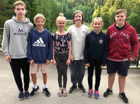 REISEKLARE: Seks unge Ski-skyttere på vei til LS, med utrustningen vel nedpakket. (F.v.) Adam Holmqvist (15), Jakob Gleditsch (14), Emma Helene Heiaas (13), Linus Braute Bakken (14), Mathilde Sundsaasen (13) og Daniel Mo-Hermansen (15).