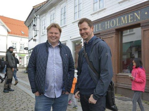 KJENTE FJES: Den prisbelønte krimforfatteren Jørn Lier Horst (t.v.) er blant de mange som deltar på Litteraturuka i Vestfold fra 6. november. Her fra filminspilling i Tvedestrand med illustratør Hans Jørgen Sandnes.