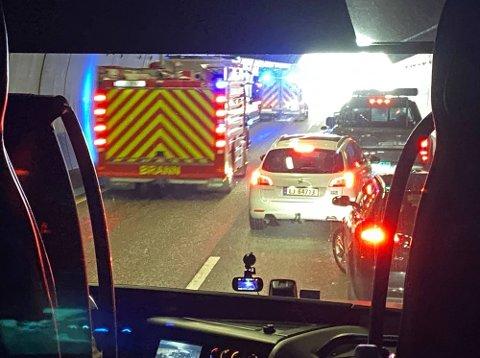 ULYKKE: En ulykke i Hemtunnellen skapte lange køer på E18. Brannvesen, politi og ambulanse rykket ut til stedet.