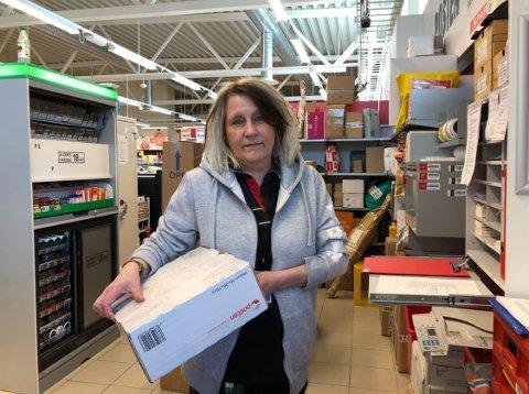PAKKEKAOS: Pakkerushet på landsbasis er enormt. I Elverum sliter butikkene med å ta unna. – Det har blitt en eksplosjon, sier Karin Lilletjernbakken.