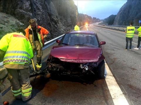 Bilen fikk store materielle skader i fronten som følge av sammenstøtet.