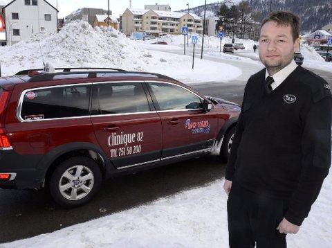 På vent: Sjåfør Tor Einar Henriksen ved Mo Taxi står på venteliste til taxiløyve. Siden inntjeningen ikke er god nok må to løyver ligge på is inntil videre. Foto: Arne Forbord