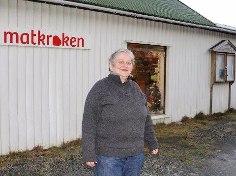 Henny G. Nilsen foran butikken på Nordnesøy som hun har drevet i 50 år.
