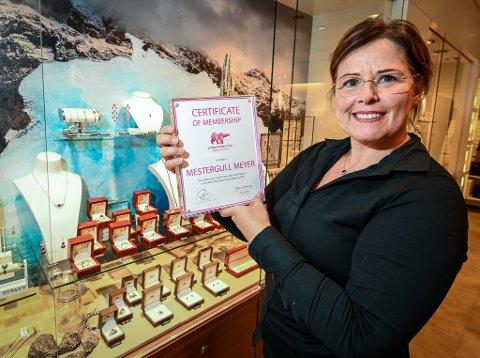 Mestergull Meyer er med i stiftelsen Pink Polar Bear Foundation. Det betyr at en del av fortjenesten for de Grønlandske rubinene vil gå til klima- og polarforskning., forteller daglig leder Rita Jakobsen.
