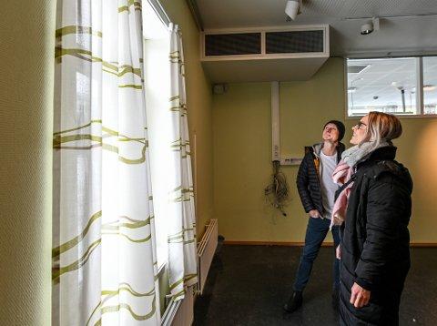 Prosjektleder ved Drift og Eiendom, Trond Nilsen og Irene Hølmo, begge fra Helgelandssykehuset sjekker ut gardiner i tidligere Polarsirkelen videregående skoles avdeling Kongsvegen, og liker det de ser.