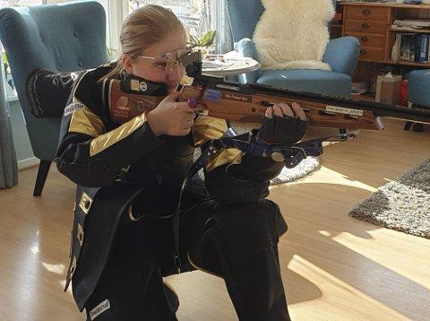 Trener hjemme: Tina Mari Husnes Larsen fra Røvassdalen skytterlag fulgte opplegget fra live-streamen til DFS på 25-skudd fra fjorårets Landsskytterstevne.Foto: Privat