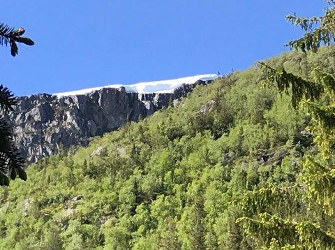LØSNET: Det er sannsynligvis her raset startet med at snø løsnet fra den store skavelen og dro med seg stein lenger ned. Bilder: Per Vikan