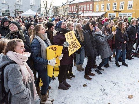 Aksjonen på Søndre torg mot nedlegging av musikk- (MUA), media- og idrettslinja i Hønefoss var massiv. Nå har fylkespolitikerne sagt ja. Linjene får leve.