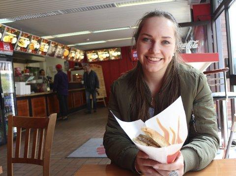 Kim Justine Schipmann ser fram til en smak av burgeren.