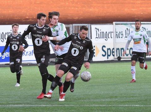 Kristoffer Hoven (i midten) scoret for HBK mot Elverum.