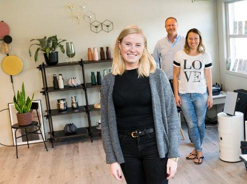 NY I LOKAL BEDRIFT: Interiørdesigner Andrea Bøe Rustand fra Haugsbygd gleder seg til å jobbe med blant annet boligstyling for Interiør24 på Hensmoen. Firmaet er i vekst ble startet av Svein Inge og Tanya Pilskog (i bakgrunnen).
