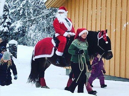 NISSEN: Både nissen og barna fikk ri på hest på Kleivstua.