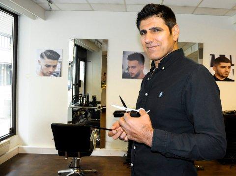 LANG ERFARING: Kerim Kadir har klippet hår i mange år. Han trives best i Hønefoss.