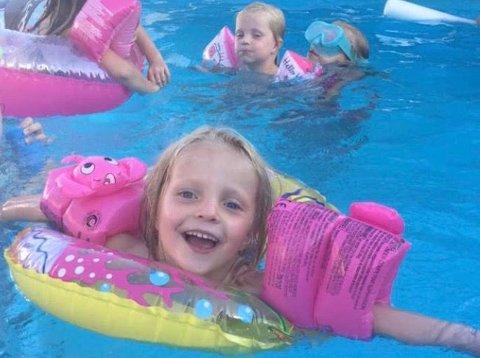 KOSTE SEG: Hun badet og koste seg. Men så ble hun redd. Hun kunne ikke svømme.