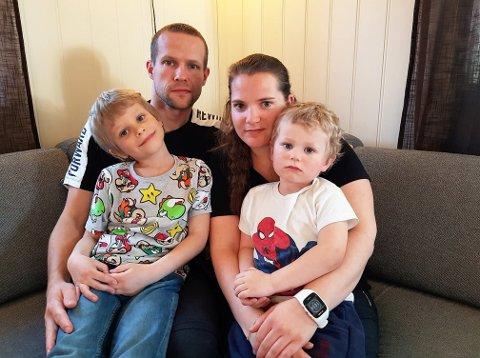 Robert Engen og Lisbeth Grøndvold råder folk til å ta symptomene på coronasmitte på alvor og er glade for at barna Linus og Lukas ikke har blitt smittet.