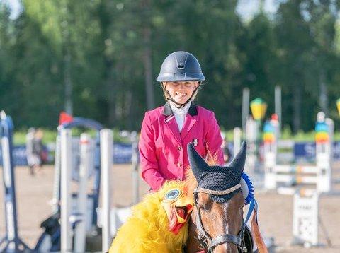 Olivia Pedersen på premie utdeling med høna og bronse i cupen.
