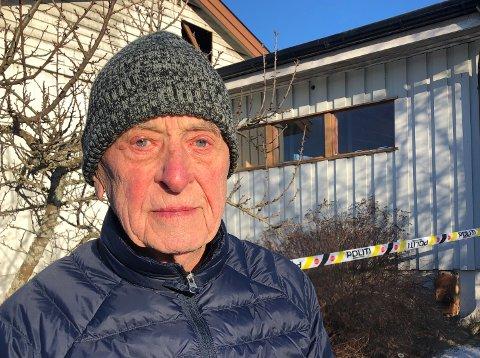 TRIST: – Det er trist å se at huset mitt nærmest er totalskadd, sier Kaare Irwing Swang, som foreløpig ikke får komme innenfor politisperringene.