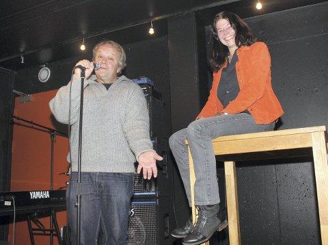 Standup: Bjørn Ivar Toftnes og Hege Scharning, administrativ leder av Lille Barolo, åpner scenen for alle som vil prøve seg som standup-komiker. Foto: Trine Kjus