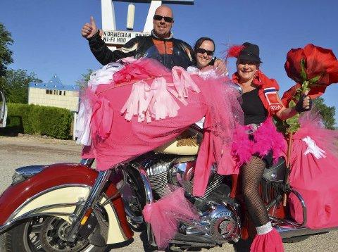 MED STIL:  Linn (i midten) og Ronny Gudmundsrud Olaussen kjørte Route 66 på Harley, og giftet seg i skikkelig Elvis-stil i Las Vegas. Alle foto: Knut Erlend Gregersen