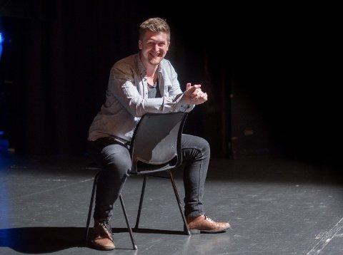 Teaterleder: Magnus Landaas Skjervold (29) har nesten 20 års erfaring fra amatørteater, i tillegg til utdannelse fra Bårdar Akademiet. Nå vil han by på kunnskapen sin til alle som melder seg inn i Lillestrøm Folketeater. Foto: Vidar Sandnes