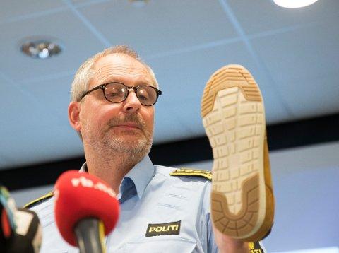 Politiinspektør Tommy Brøske i Øst politidistrikt viser fram en sko av samme type som det er funnet avtrykk av på åstedet i Hagen-saken. Bildet er fra slutten av august.  Foto: Terje Pedersen / NTB scanpix (NTB scanpix)