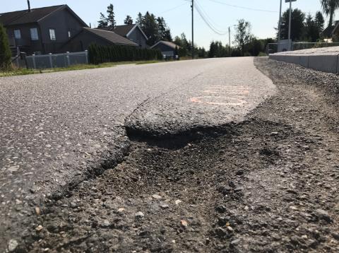 HULL: Siden februar i fjor har Viken fylkeskommune arbeidet med gang- og sykkelveien på Kløfta. I mellomtiden har det vært store og søkk i veibanen.