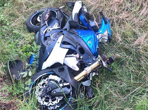 TOTALVRAK: Tom-Eriks motorsykkel var et totalvrak etter ulykken langs Spikkestadveien.