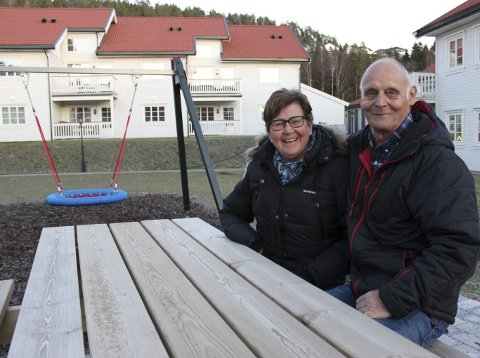 Fornøyd: - Her skal vi leve det gode liv, sier ekteparet Wenche og Arnulf Evensen. De har tatt skrittet fra Drammen til Hagebyen i Sande. Foto: Eli Th. Strindeberg
