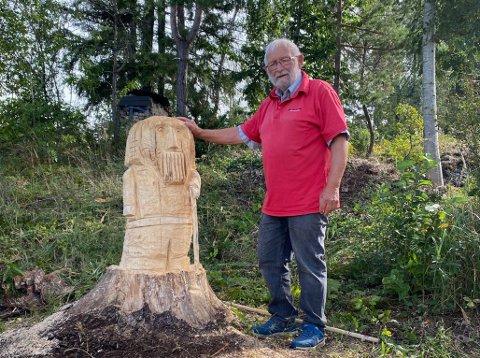 """STOLT: Bjørn Eriksen viser stolt fram det nye """"landemerket"""" på Killingholmen som han nylig lagde ut av en gammel stubbe som hadde blitt stående der."""