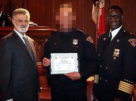 Her poserer sandefjordingen sammen med borgermesteren og politimesteren i Cleveland i USA. Bildet ble oppdaget av Kripos, som varslet sine amerikanske kolleger.