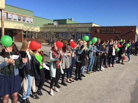 Elevene på Greåker har slått ring rundt skolen sin. (Foto: Jarl M. Andersen)
