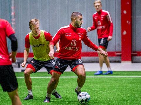 FFK-midtstopperen Ayoub Aleesami (med ballen) bor til vanlig i Oslo. Nå ønsker FFK å forsikre seg om at han faktisk kan trene med laget denne uken.