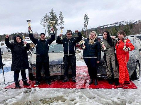 SUKSESS: Heller Bil i Trømborg stilte med to lag i 3-timerscupen i bilcross i Skien. Det endte seier til trioen Susanne Heller (fra venstre), Thomas Pettersen og Atle Skaar, mens trioen Ida Bryntesson, Jeanette Robrahn og Marit Klerud ble nummer ni sammenlagt.