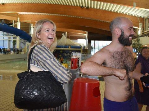 Ny badesjef: Da Christine Aannerud ble presentert som ny leder på Østfoldbadet traff hun sin første badegjest. – Gratulerer. Dette er en bra dame, sier Eivind André Tornes, lærer fra Mysen.