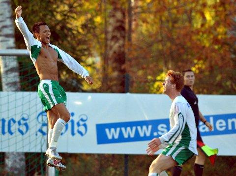 SLIK HAN BLIR HUSKET: Aron Larsen scoret over 500 mål i sin fotballkarriere og feiret alltid med stil.  Det er også slik fotballvennene hans vil huske ham. Her sammen med Jens Fredrik Aas.