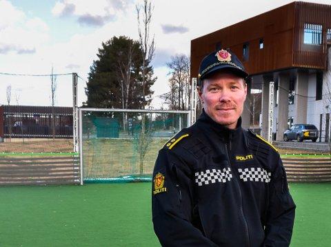 FOREBYGGENDE: Patrick Karlsen fra Indre Østfold politi sier russen stort sett er flinke til å tenke smittevern.