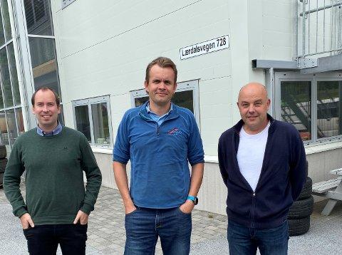 SPELAR PÅ LAG. F.v. fungerande rådmann Lars Bogstad, Arne Ahlin i Slinde Eigedom og ordførar Audun Mo.