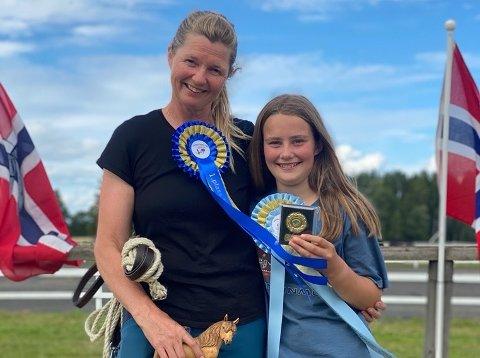 DOBBELT FAMILIE-GULL: Agna Hollekve (48) og dottera Hanne (12) gjekk begge til topps under NM i brukshest-køyring i Grue.