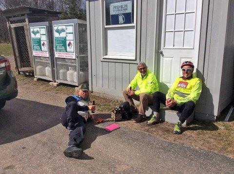 RESTITUERING: Reisefølget nyter en øl i sola på Upper Peninsula i Michigan: F.v. Dag Larsen, Benny Gøbel og David Johansen.