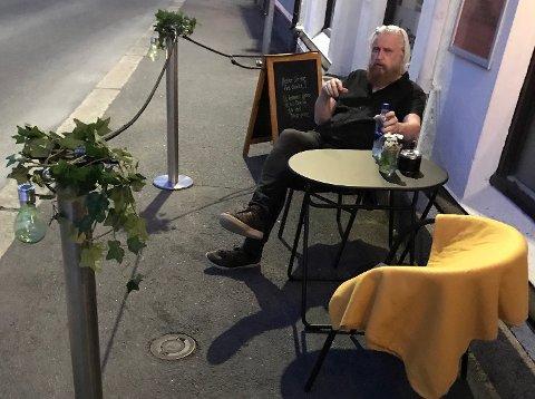FRUSTRERT: Rune Tollefsjord mener regningen for å ta i bruk en liten del av fortauet ble i overkant stiv.