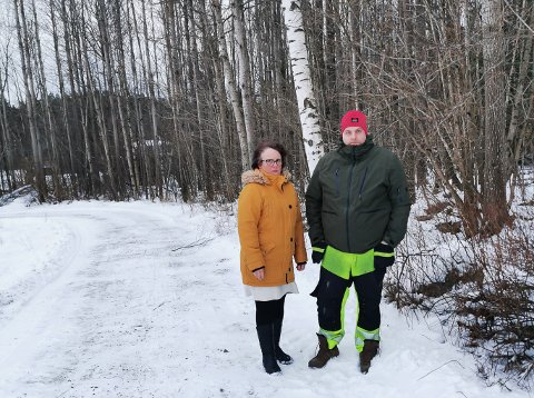 DYRKBAR MARK: Tone Hvitsten og Lars Hvitsten står foran skogen som er markert som dyrkbar mark i kartet. Lars er fjerde generasjon som driver familiegården, de kjenner ikke til at det er tatt ut noe som helst av denne skogen.
